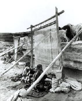 Navajo weavers, c.1914 (b/w photo)